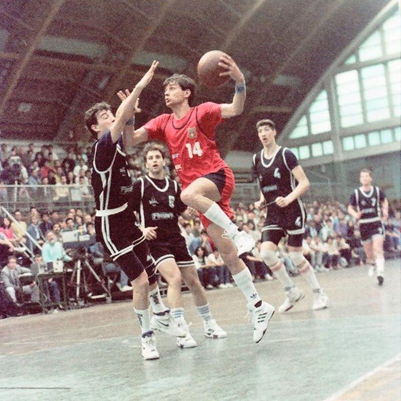 Brănișteanu înscrie la panoul Universității  în finala din 1991  foto: frb.ro