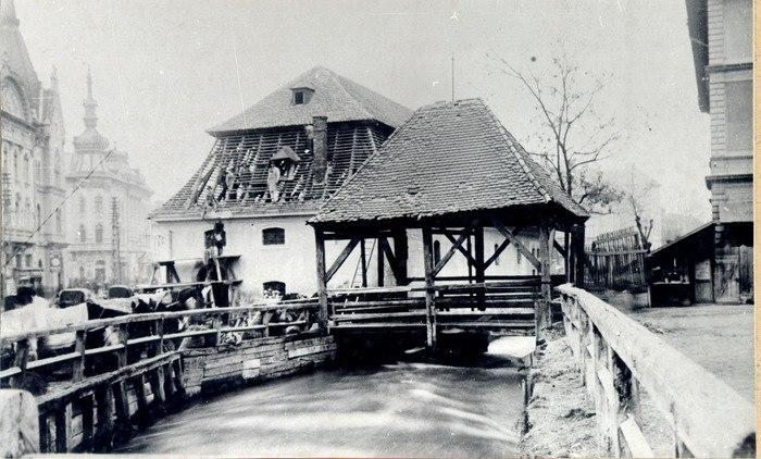 Moară pe Canalul Morii: în fotografie, demolarea morii de la intersecţia străzilor George Bariţiu și Regele Ferdinand în 1933. foto facebook.com/Vechiul Cluj
