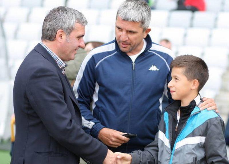 Hagi îl felicită pe Moruțan în 2011, la Cupa Danone