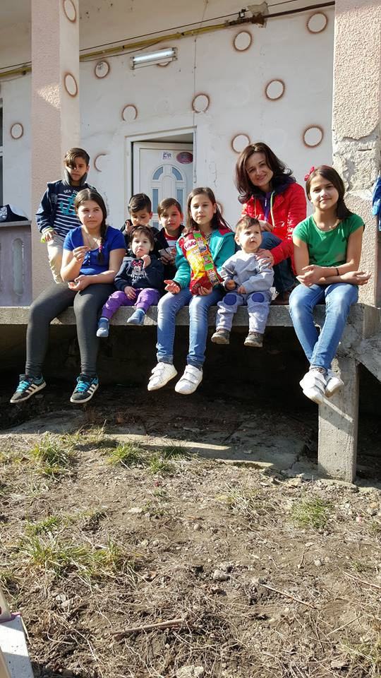 Foto: Magdalena Rus şi o parte dintre copiii implicaţi în proiecte